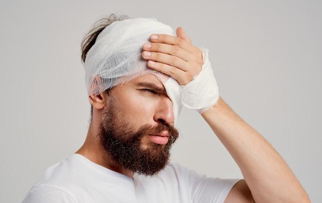 Mann mit bandagierten kopf gesundheitsproblemen schmerz krankenhausaufenthalt trauma zentrum