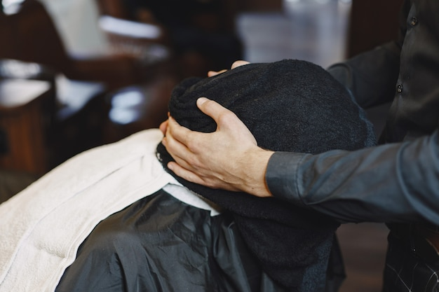 Mann mit bart. friseur mit einem kunden. mann mit kamm und schere