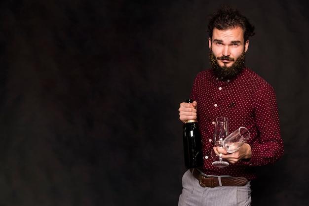 Mann mit bart hält champagner