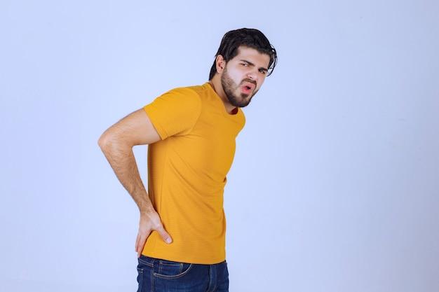 Mann mit bart hat rückenschmerzen