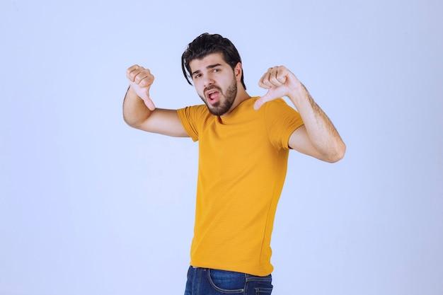 Mann mit bart mit negativem handzeichen hand