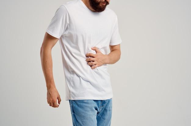 Mann mit bauchschmerzen behandlung von gesundheitsproblemen medizin