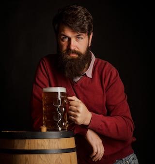 Mann mit bier im us-konzept von craft beer brewer bier im vereinigten königreich mann mit bart trinkt bier