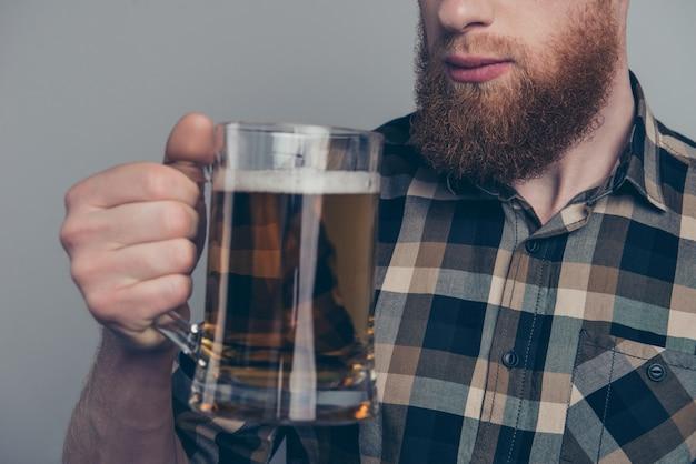 Mann mit bierkrug