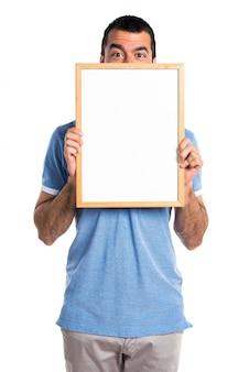 Mann mit blauem hemd mit einem leeren plakat