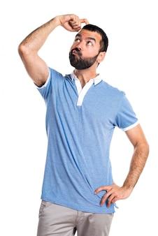 Mann mit blauem hemd mit zweifeln