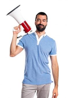 Mann mit blauem hemd schreit durch megaphon