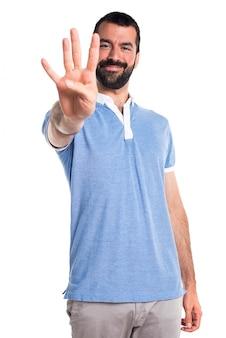 Mann mit blauem hemd zählt vier