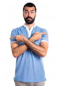Mann mit blauem hemd zeigt auf die seiten mit zweifeln