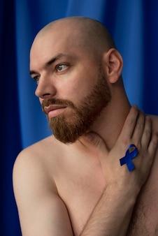 Mann mit blauem novemberband
