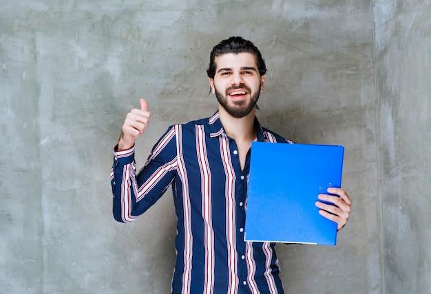 Mann mit blauem ordner hat ein erfolgreiches geschäft abgeschlossen.