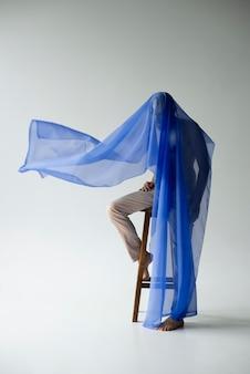 Mann mit blauem schal auf dem kopf