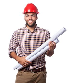 Mann mit blaupausen und helm