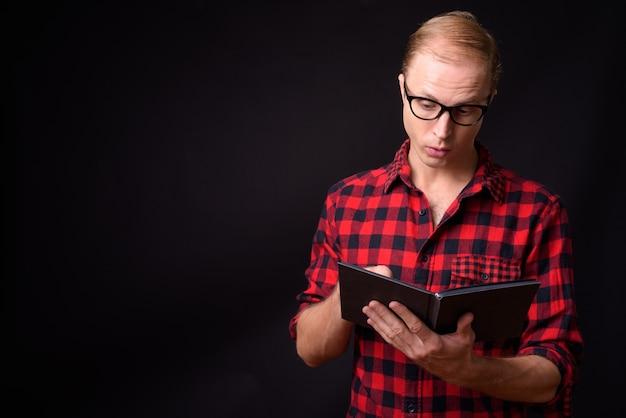 Mann mit blonden haaren auf schwarz