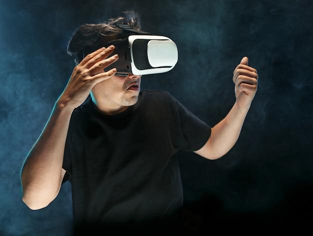 Mann mit brille der virtuellen realität