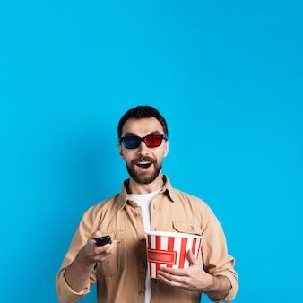 Mann mit brille und fernbedienung