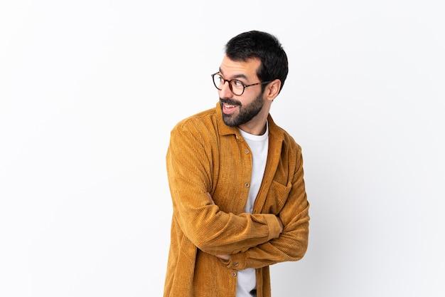 Mann mit brille und gelbem hemd