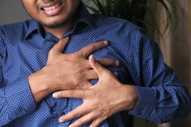 Mann mit brustschmerzen, herzinfarkt, clsoe up