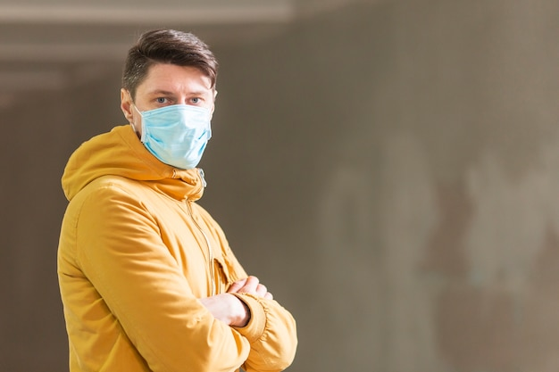 Mann mit chirurgischer maske im freien