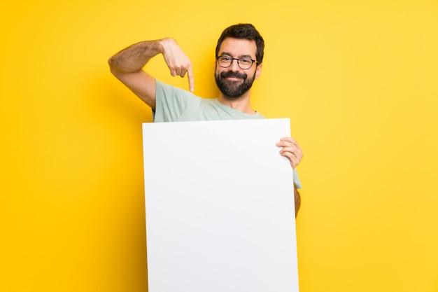Mann mit dem bart und grünem hemd, die ein plakat für einfügen ein konzept halten