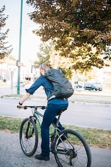 Mann mit dem fahrrad