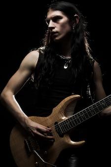 Mann mit dem langen haar, das e-gitarre spielt