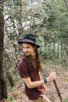 Mann mit dem langen haar, das in der natur wandert