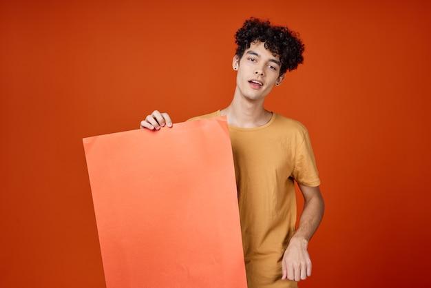Mann mit dem lockigen haar, der ein plakat in den händen hält