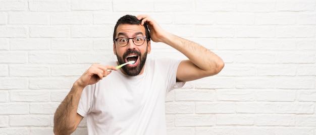 Mann mit dem zähneputzen des bartes
