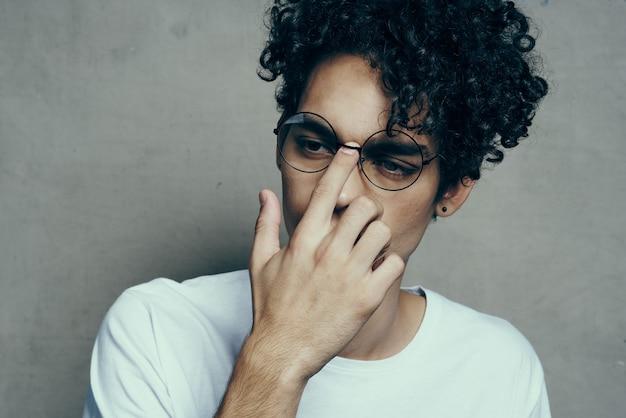 Mann mit den gelockten gläsern des lockigen haares