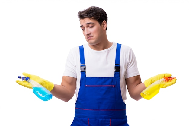 Mann mit den reinigungsmitteln getrennt auf weiß