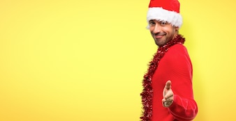 Mann mit der roten Kleidung, die den Feiertagshändeschütteln nach gutem Abkommen feiert
