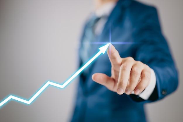 Mann mit diagrammpfeil nach oben. aktienmarkt. unternehmenswachstum, planung und strategie.