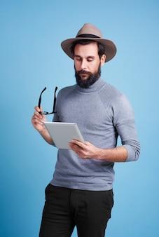 Mann mit digitalem tablet in konzentration