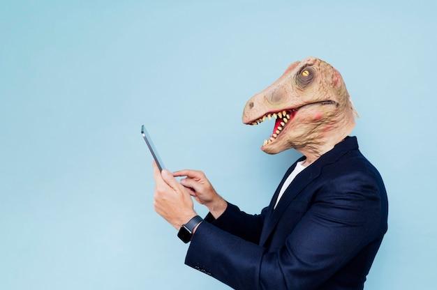 Mann mit dinosaurier-maske.blauer hintergrund