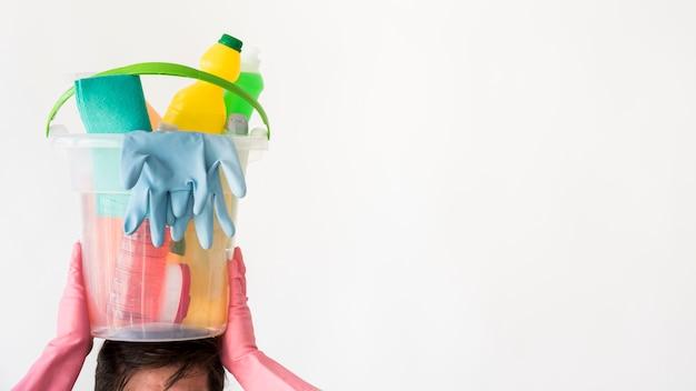 Mann mit eimer reinigungsprodukte