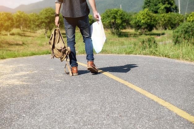 Mann mit einem bagpack auf dem lande