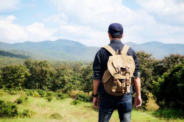 Mann mit einem bagpack im land