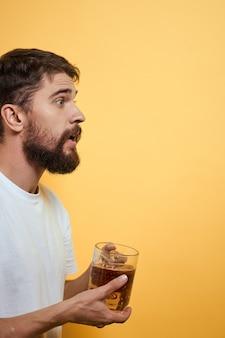 Mann mit einem becher bier