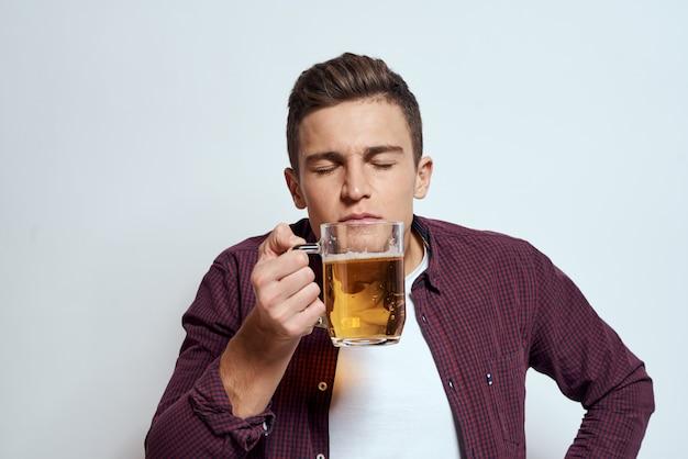 Mann mit einem bier in den händen