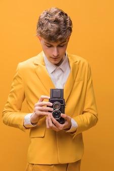 Mann mit einem camcorder in einer gelben szene