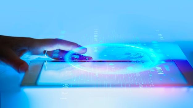 Mann mit einem digitalen tablet-gerät