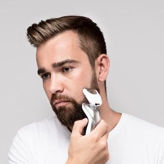 Mann mit einem elektrorasierer