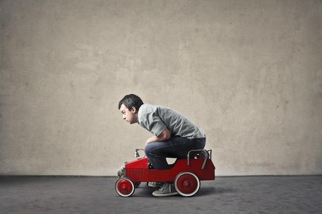 Mann mit einem kleinen auto