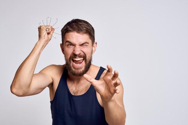 Mann mit einem massagegerät für den kopf