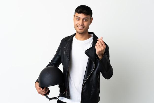 Mann mit einem motorradhelm lokalisiert auf weiß, das geldgeste macht