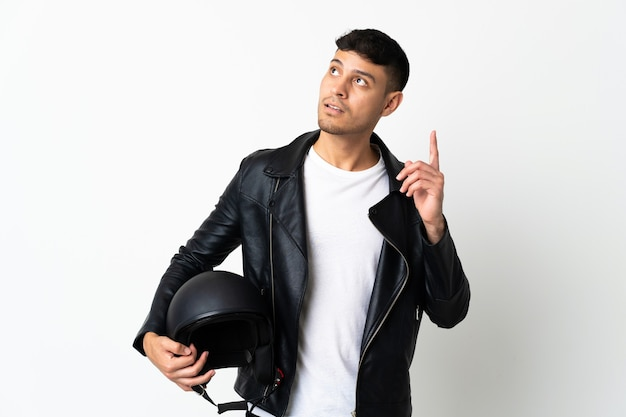 Mann mit einem motorradhelm lokalisiert auf weiß, der eine idee denkt, die den finger nach oben zeigt