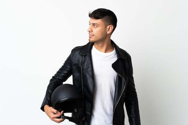 Mann mit einem motorradhelm lokalisiert auf weiß schauender seite