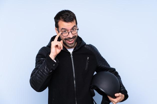 Mann mit einem motorradhelm mit brille und überrascht