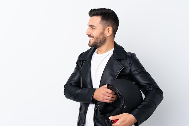 Mann mit einem motorradsturzhelm, der zur seite schaut